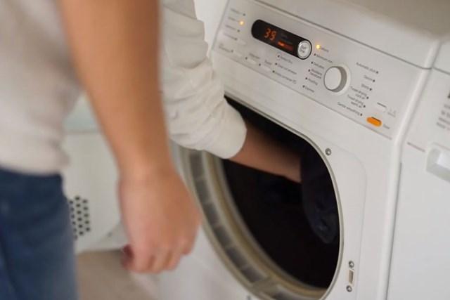 """洗濯王子が解説!翌シーズンまでダウンの""""ふんわり感""""キープ【冬物衣替え・後編】 仕上げに乾燥機に入れれば、ふんわりとした風合いが取り戻せる※画像提供:芳洗舎"""