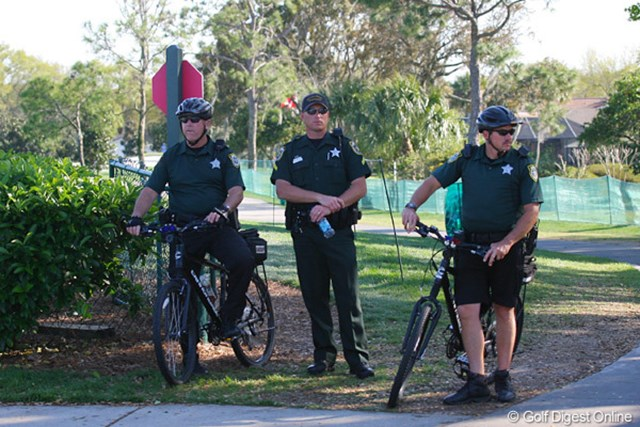 2010年 アーノルド・パーマーインビテーショナル2日目 警官 自転車で警備中の警官も石川遼のティショットはじっくり観戦