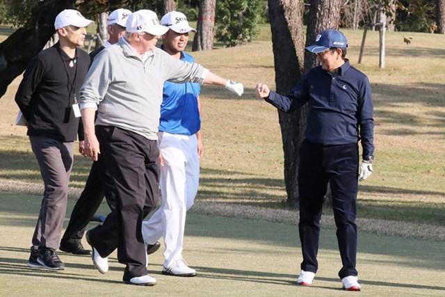 2017年 松山英樹 ドナルド・トランプ 安倍晋三 2017年には安倍晋三首相、松山英樹とともに五輪開催コースをラウンドしたドナルド・トランプ大統領。私見ながら「延期」に言及した※首相官邸のツイッターより