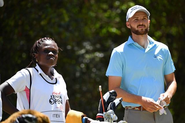 2020年 ケニアオープン(延期) 事前 マルコ・イテン 2019年「ケニアオープン」ではアンナ・エイチングがマルコ・イテンのキャディを務めた ( Stuart Franklin/Getty Images)