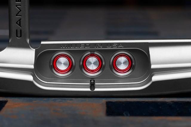 3点の赤色ドット柄はデザインが変更された