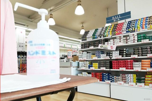 ほとんどのショップが店頭に消毒液を設置して営業を続けている