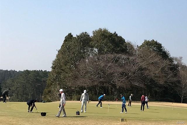 いつもと変わらぬパッティング練習場(千葉県内のゴルフ場)