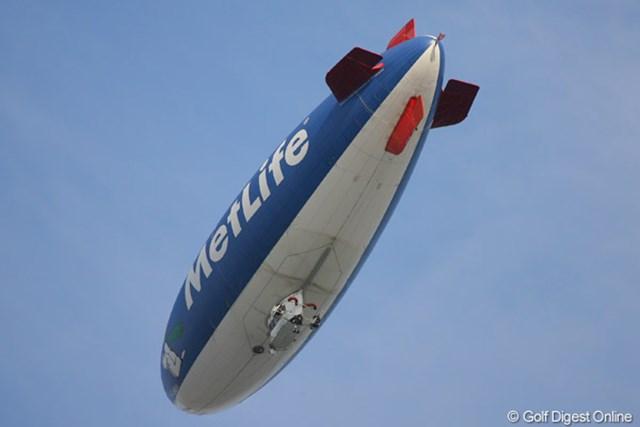 18番上空を旋回する飛行船。意外とモーター音うるさいですよ!