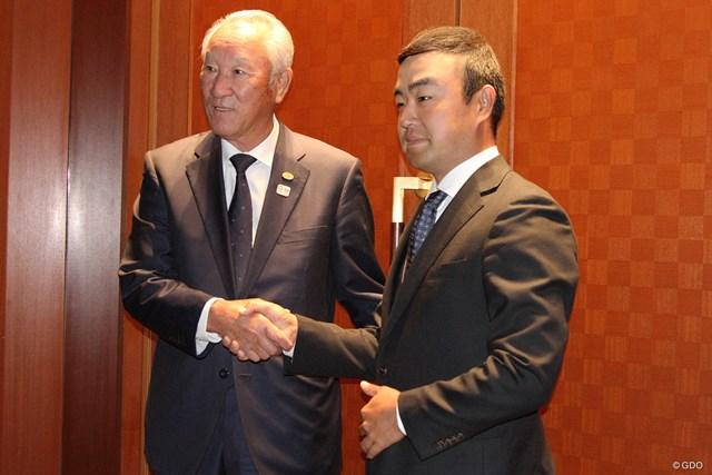青木功JGTO会長(左)とジャパンゴルフツアー選手会の時松隆光会長