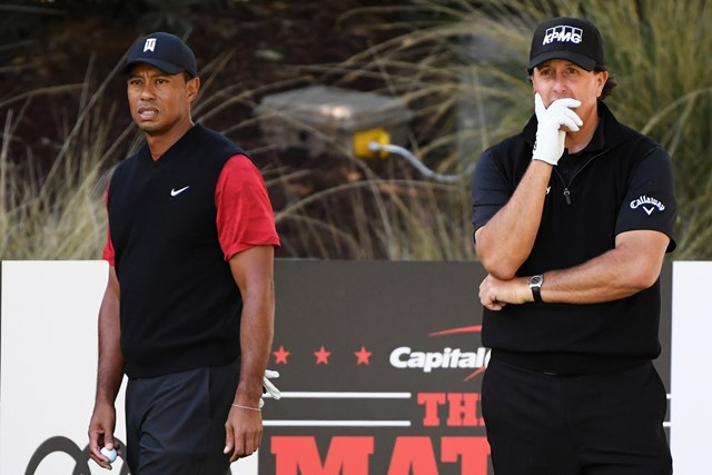 タイガー・ウッズ(左)はフィル・ミケルソンと再戦なるか(※写真は2018年テレビマッチ)