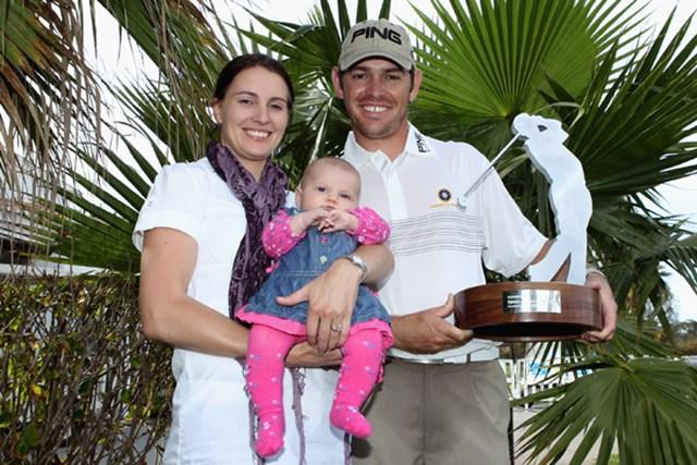2010年 アンダルシアオープン最終日 ルイス・オーシュイゼン 駆けつけた家族とともに、ツアー初勝利に歓喜するL.オーシュイゼン(Warren Little /Getty Images)