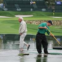 水たまりに入ってコースをチェックするアーノルド・パーマー ※2005年撮影 2005年 アーノルド・パーマー