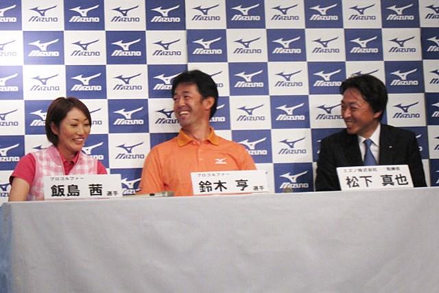 メーカー発表会 ミズノが鈴木亨、飯島茜とゴルフボール使用契約を結ぶ NO.2 記者会見ではボールの使用感について語る鈴木亨選手と飯島茜選手。時折笑顔を見せ和やかな記者会見となった