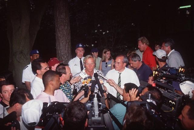 1996年大会でグレッグ・ノーマンは悲劇のヒーローとして世界中のメディアの質問に答えた(David Cannon/ALLSPORT via Getty Images)