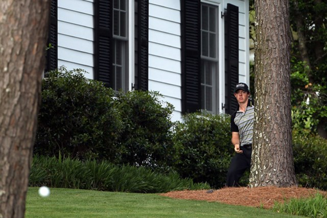 2011年 マスターズ最終日 ロリー・マキロイ 2011年大会最終日、10番でロリー・マキロイが放ったティショットは左サイドのキャビン前まで転がった(Andrew Redington/Getty Images)