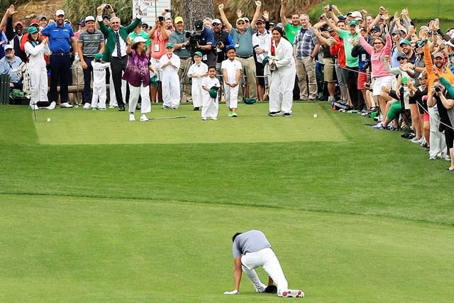 トニー・フィナウ ホールイワンに喜びすぎて左足首をひねったトニー・フィナウ。家族もパトロンも、このときはまだ理解が追いついていない(Andrew Redington/Getty Images)