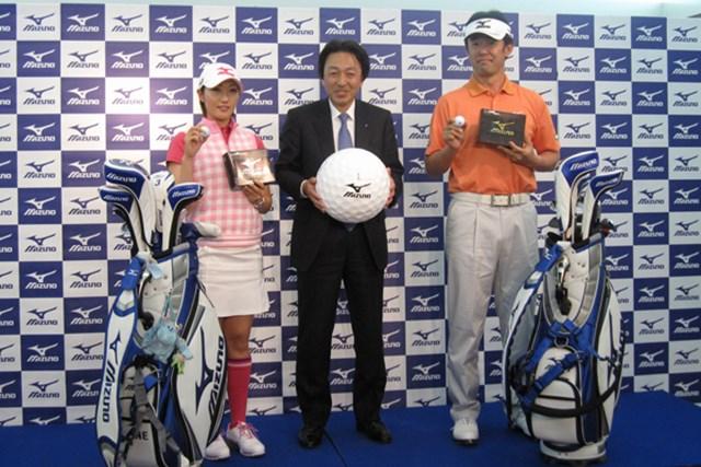 メーカー発表会 ミズノが鈴木亨、飯島茜とゴルフボール使用契約を結ぶ NO.3 左から飯島茜選手、ミズノ取締役の松下真也氏、鈴木亨選手