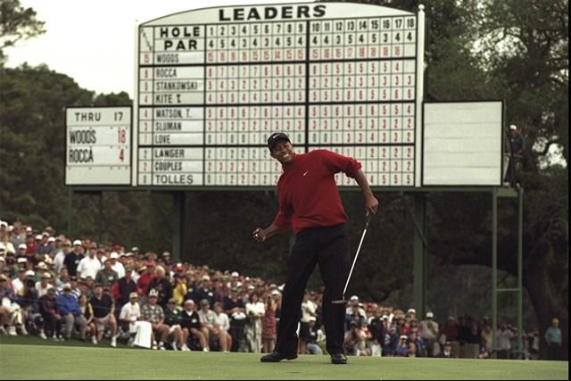 1997年 マスターズ(延期) 事前 タイガー・ウッズ ウッズは衝撃的な強さで1997年のマスターズ王者に(Stephen Munday Allsport)