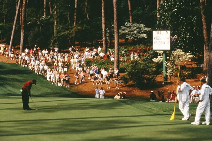 ミケルソンとの直接対決に打ち勝ちメジャー4連勝を遂げた(Augusta National/Getty Images) 2001年 マスターズ(延期) 事前 タイガー・ウッズ