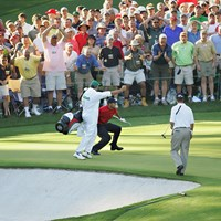 伝説のチップイン。大会の語り草に(Al TielemansSports Illustrated via Getty Images) 2005年 マスターズ(延期) 事前 タイガー・ウッズ