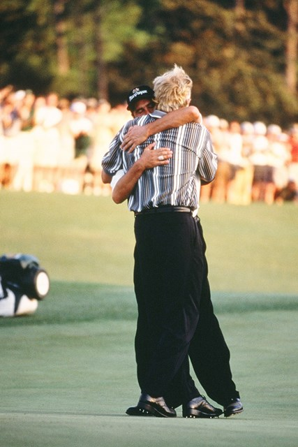 1999年 マスターズ 最終日 ホセ・マリア・オラサバル 病により長期離脱したホセ・マリア・オラサバルが復活優勝を遂げた1999年。競り合ったグレッグ・ノーマンと抱擁を交わし、互いを称え合った(Augusta National/Getty Images)