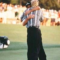 病により長期離脱したホセ・マリア・オラサバルが復活優勝を遂げた1999年。競り合ったグレッグ・ノーマンと抱擁を交わし、互いを称え合った(Augusta National/Getty Images) 1999年 マスターズ 最終日 ホセ・マリア・オラサバル