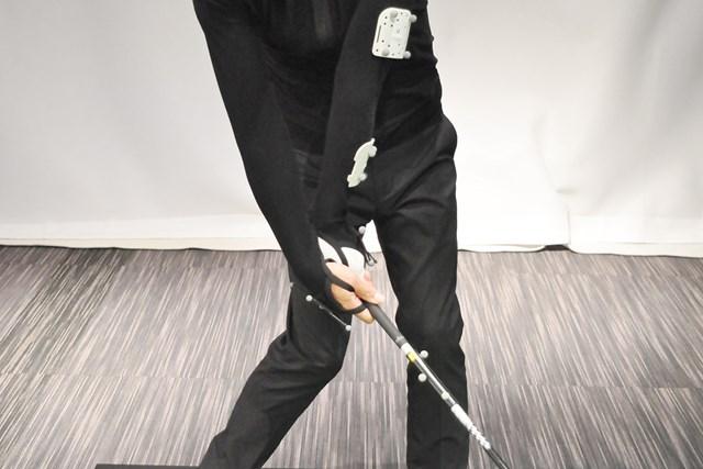 アマチュアに多い、左手首が甲側に折れるインパクト
