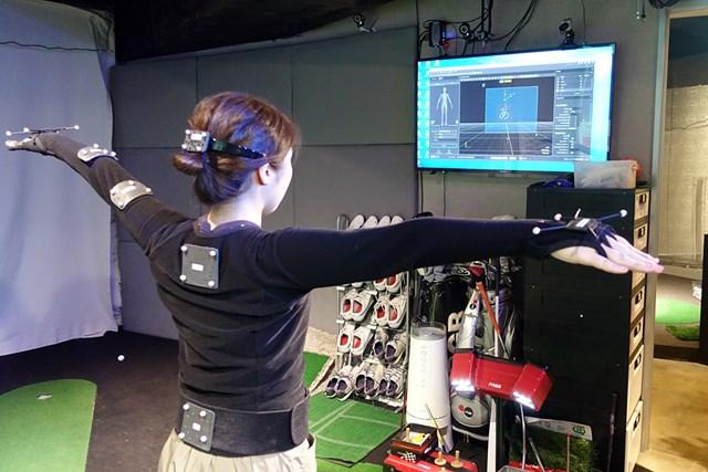 プロとアマの体の動きで決定的に違うところは?【アーム編】 体に貼り付けたマークの動きを複数台のカメラで追跡するモーションキャプチャーシステム
