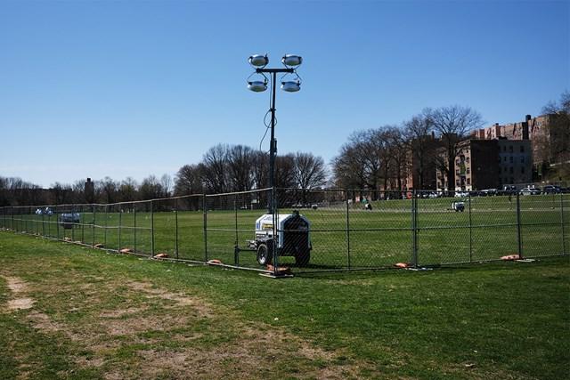 ニューヨーク市で3番目に大きなバン・コートランド公園。敷地の一部は新型コロナウイルス対策の病床の準備が進む(4月6日撮影・Spencer Platt/Getty Images)