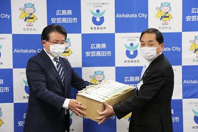 2020年 高宮カントリークラブ・澤畑道信社長 澤畑道信社長(左)から児玉浩安芸高田市長にマスクが贈られた(提供写真)