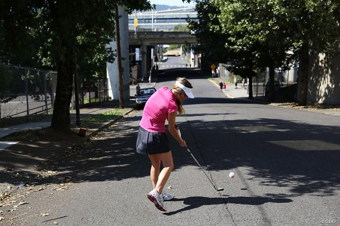 事故がないようにテニスボールを使って ストリートゴルフ