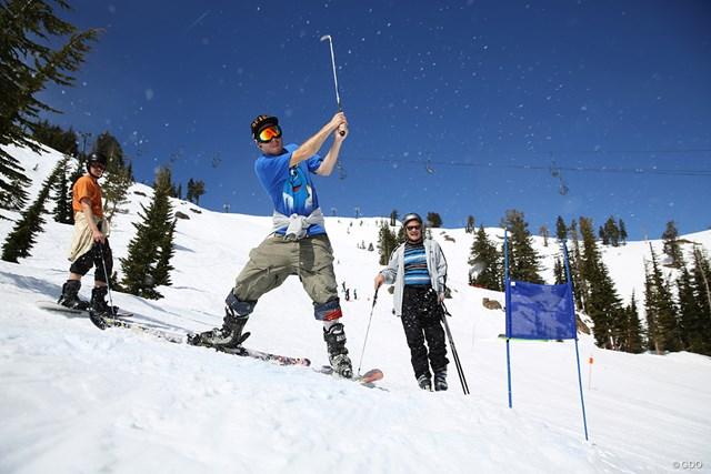 スキーやスノーボードで滑りながらゴルフ