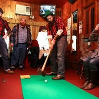 仕事で使用する斧を使ってパター バーでゴルフ