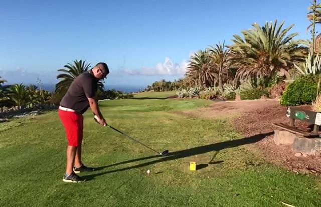 スペインで51日ぶりのゴルフショットを放つクリスチャン・シベリオ氏(提供:テシーナゴルフ)
