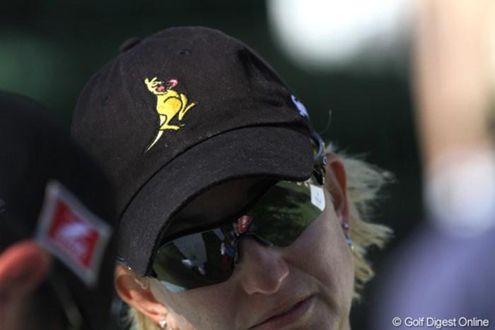"""キャップのロゴは""""ファイティング・カンガルー。""""オーストラリアの選手達の間ではおなじみのマークだ 2010年 クラフトナビスコチャンピオンシップ 初日 カリー・ウェブ"""
