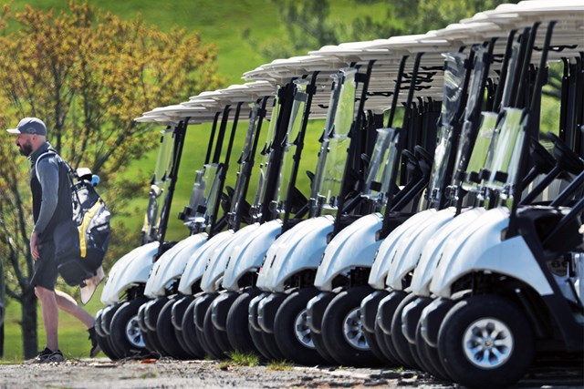 2020年 マサチューセッツ州のゴルフ場 再開されたマサチューセッツ州のゴルフ場ではカート使用が制限され、歩くことが義務付けられた(Jim Davis/The Boston Globe via Getty Images)