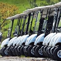 再開されたマサチューセッツ州のゴルフ場ではカート使用が制限され、歩くことが義務付けられた(Jim Davis/The Boston Globe via Getty Images) 2020年 マサチューセッツ州のゴルフ場