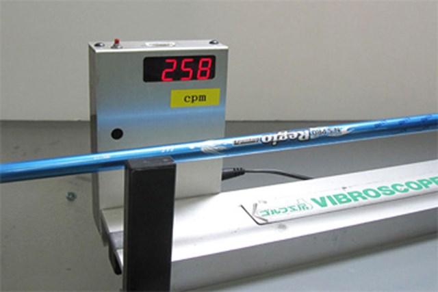 リシャフトすればスコアは変わる!(3-2) 振動数を計測。この数値は、手元側の硬さの度合いを表している