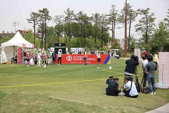 2020年 KLPGA選手権 初日 報道陣 ロープで仕切られ報道陣は決められたエリアで撮影(提供:KLPGA)