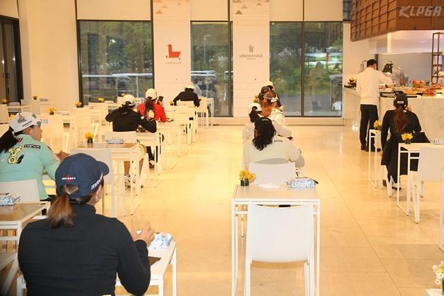 2020年 KLPGA選手権 初日 選手レストラン 選手の食事は一人ずつ席で(提供:KLPGA)
