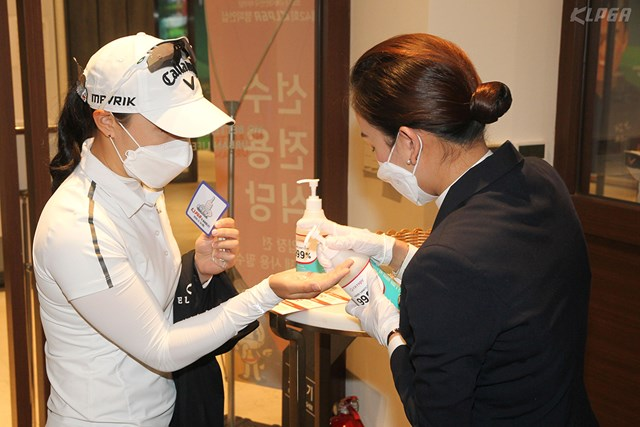 選手、関係者は消毒を欠かさない(提供:KLPGA)