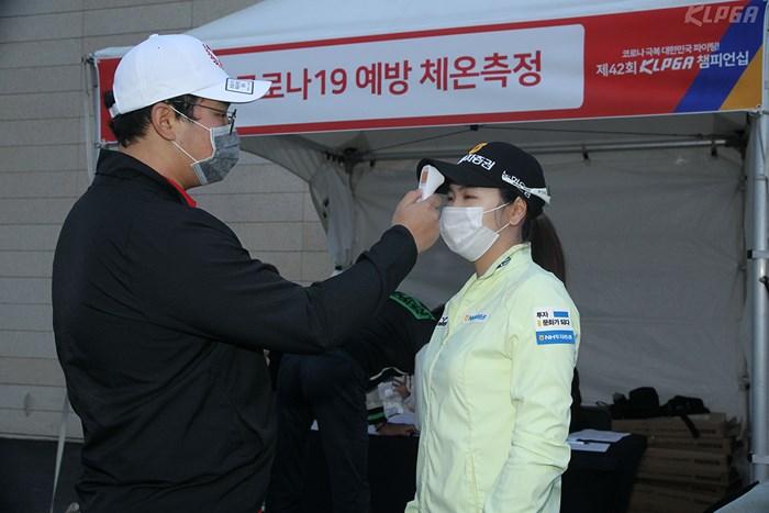 選手たちはマスク姿で検温(提供:KLPGA) 2020年 KLPGA選手権 初日 検温