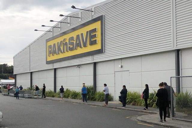 スーパーマーケット入店に並ぶ人もソーシャルディスタンスを守っていた(提供写真)