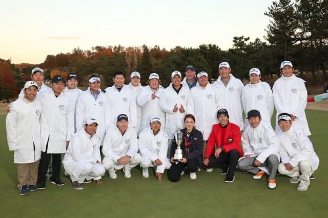 昨年12月の「日本シリーズJTカップ」。選手たちは留学前の古橋さん(中央下段)を囲んで記念撮影(提供写真)