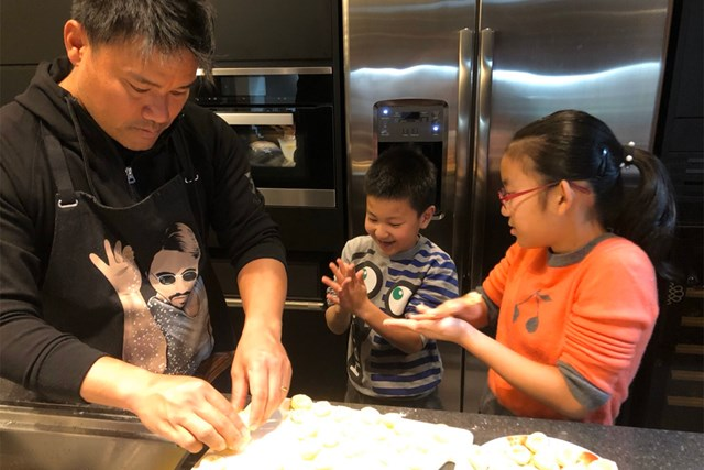 子供たちと一緒に料理で「おうち時間」を楽しむ宮里優作