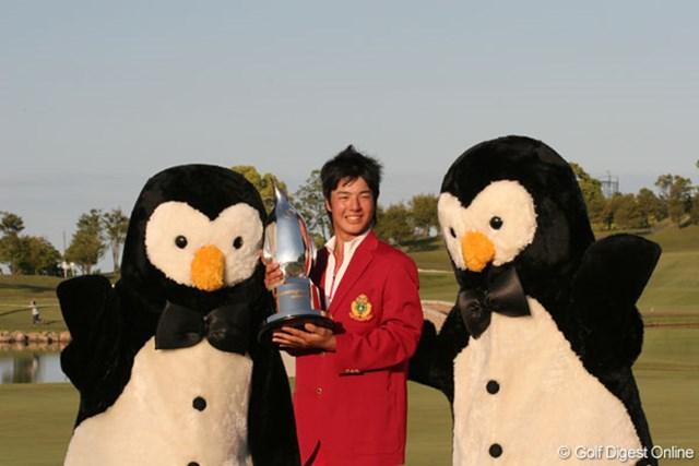 2007年5月20日、「マンシングウェアオープンKSBカップ」で初優勝を果たしてカップを掲げる石川遼