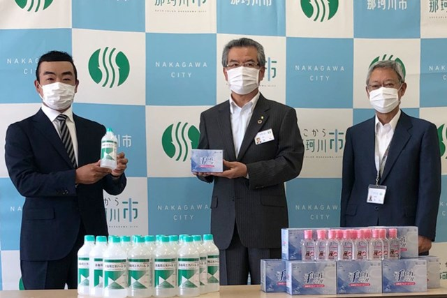 時松隆光が学校再開を目前に控えた地元の子どもたちのために消毒液を寄付した(提供:JGTO)