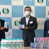 時松隆光が学校再開を目前に控えた地元の子どもたちのために消毒液を寄付した(提供:JGTO) 2020年 時松隆光
