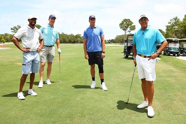 (左から)ウッズ、マニング、ブレイディ、ミケルソン(Mike Ehrmann/Getty Images for The Match)