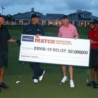 慈善試合「ザ・マッチ」は(右から)ウッズ・マニング組がブレイディ・ミケルソン組を下した(Mike Ehrmann/Getty Images for The Match) タイガー・ウッズ対フィル・ミケルソン