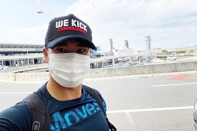 松山はシーズン再開に向けて成田空港から出国した。キャップのメッセージは「コロナに負けるな」(提供:松山英樹)