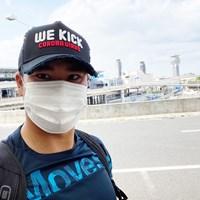 松山はシーズン再開に向けて成田空港から出国した。キャップのメッセージは「コロナに負けるな」(提供:松山英樹) 2020年 松山英樹
