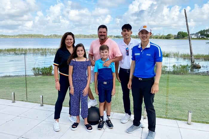 ジャズ(右端)とキャディ、そしてチョプラの家族(提供:PGA Tour) 2020年 ジャズ・ジェーンワタナノンド ダニエル・チョプラ