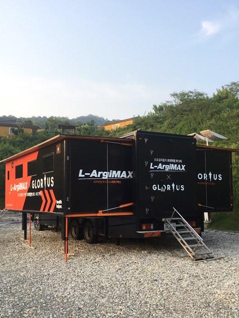 クラブハウスが使えないため、トレーナーを派遣する各社が大型トレーラーを敷地外に用意して選手たちをサポートする。(提供:橋本道七三)
